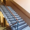 Treppenhaus mit historischen Granitstufen